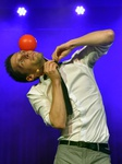 Mann jongliert Ball auf der Nase