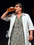 Mann trinkt auf der Bühne